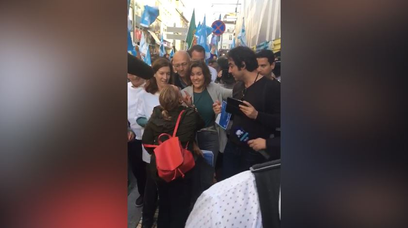 Mulher tenta agredir Assunção Cristas durante arruada no Porto e é empurrada