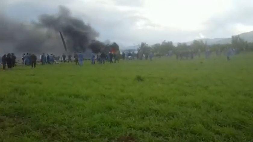 Avião militar cai na Argélia com mais de 100 pessoas a bordo
