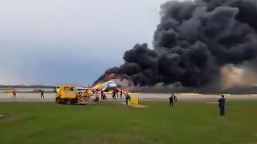 Avião incendeia-se na Rússia e faz 41 mortos