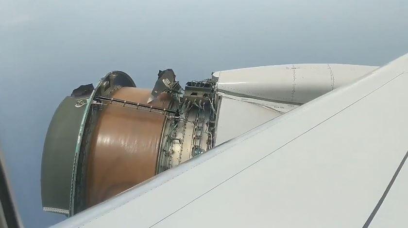 Peças de avião caem em pleno voo e forçam aterragem de emergência