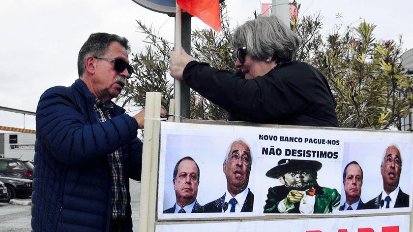 Lesados do BES cobram promessas do PS. Com mais cartazes do que manifestantes