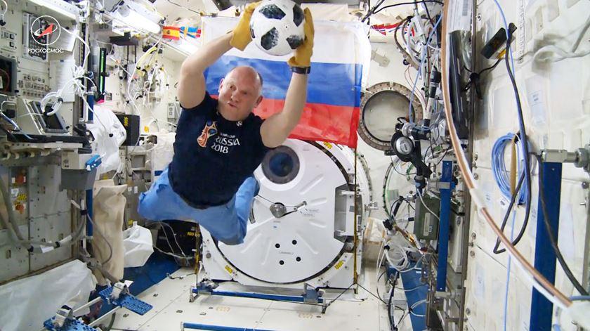 Bola do jogo inaugural do Mundial regressa ao planeta Terra