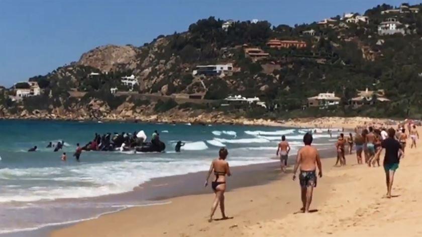 Bote com migrantes surpreende banhistas em praia turística espanhola