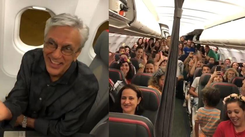 """Portugueses cantam """"Sozinho"""" para Caetano Veloso a bordo de um avião"""