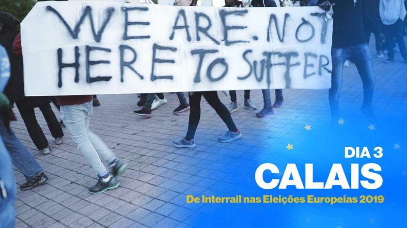 """Refugiados denunciam violência policial em Calais. """"Tratam-nos como se não fôssemos humanos"""""""