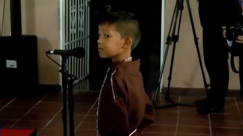 Criança canta para o Papa em lar no Panamá