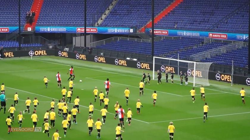 Feyenoord vs. 120 crianças. No final, deu empate
