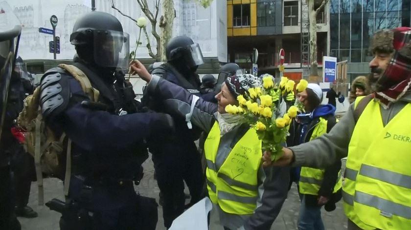 """""""Coletes amarelos"""" ajoelham-se e oferecem flores a agentes, contra violência policial"""