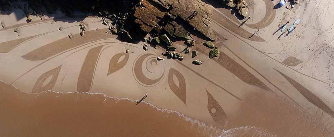 Ian Ross. O artista que transforma as praias em quadros gigantes