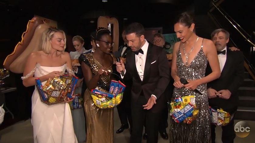 Óscares. Estrelas distribuem doces e cachorros quentes a espetadores de cinema