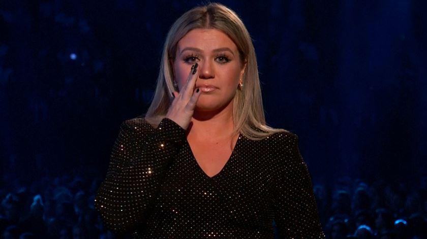 """A música contra as armas. Kelly Clarkson pede """"um minuto de ação"""" nos Billboard Awards"""