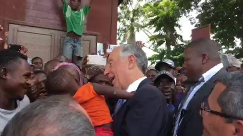 """""""Marcelo, nós te amamos"""". Novo banho de multidão em Angola"""