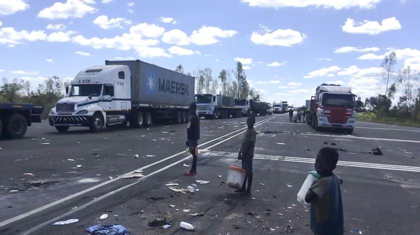 Moçambique. Camionistas ficam mais de 10 dias retidos na estrada, sem água nem comida