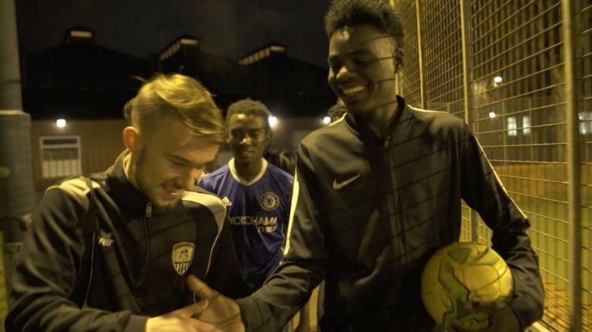 Neste estádio, refugiados são bem-vindos (e não é só nas bancadas)