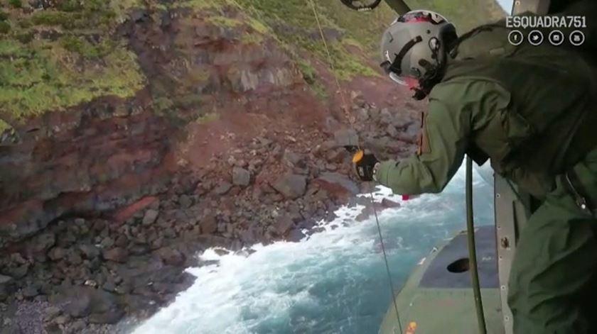 As imagens do resgate de dois homens desaparecidos na ilha do Faial