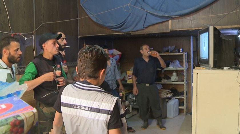 Síria. Habitantes de Ghouta Oriental assistem ao Mundial na única televisão da cidade