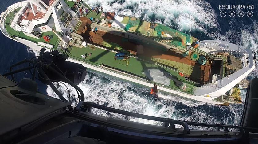 Força Aérea resgata jovem a bordo de navio pesqueiro