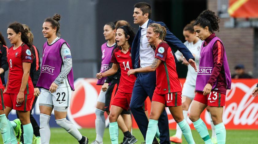 Francisco Neto, seleccionador feminino, com as suas jogadoras, no Euro 2017. Foto: UEFA