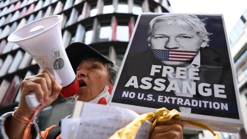 Lula e Zapatero entre mais de 100 políticos que pedem a libertação de Julian Assange
