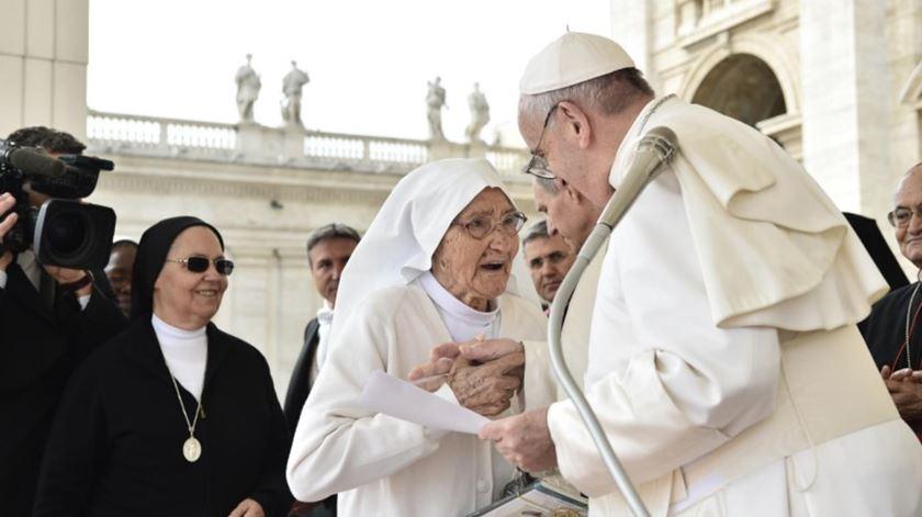 Freira recebe distinção do Papa. Foto: Ecclesia