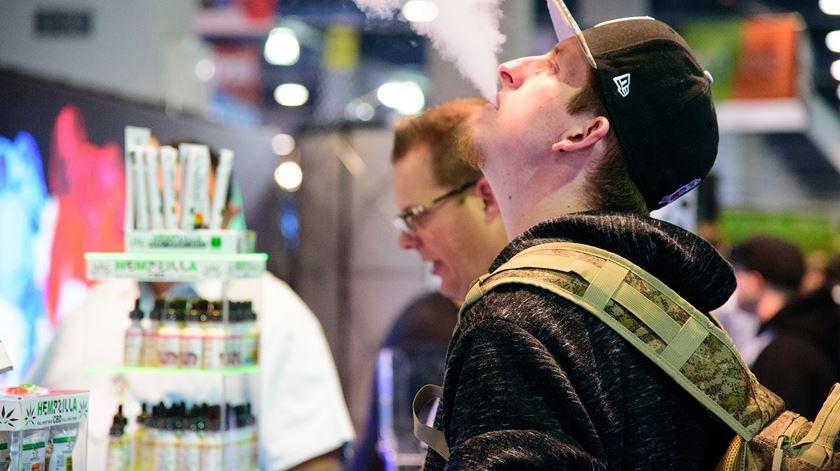 Nova Iorque proíbe uso de cigarros eletrónicos com sabor