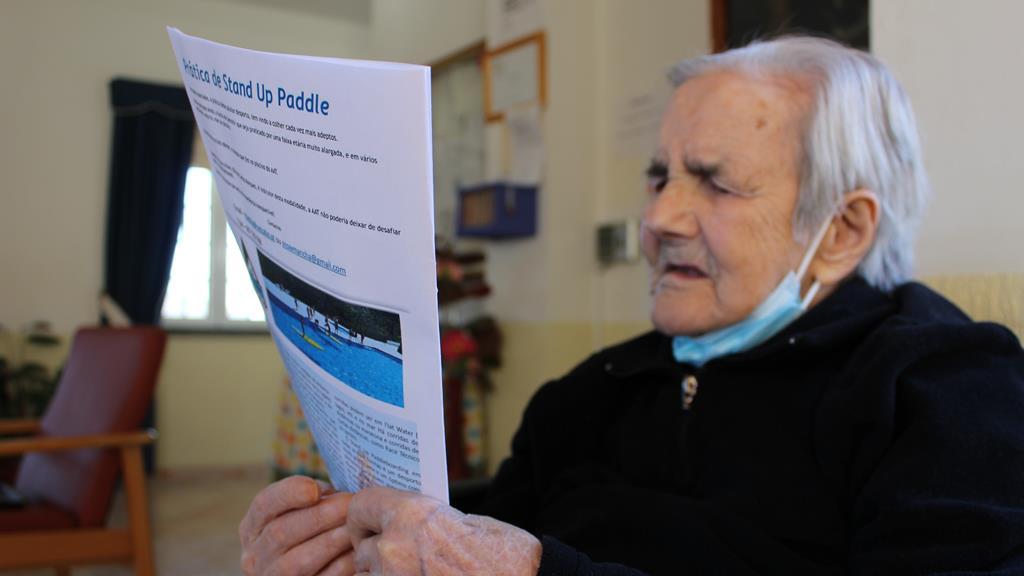 Georgina tem 103 anos e está de volta à leitura diária do jornal depois de ter tido Covid-19. Foto: Liliana Carona/RR