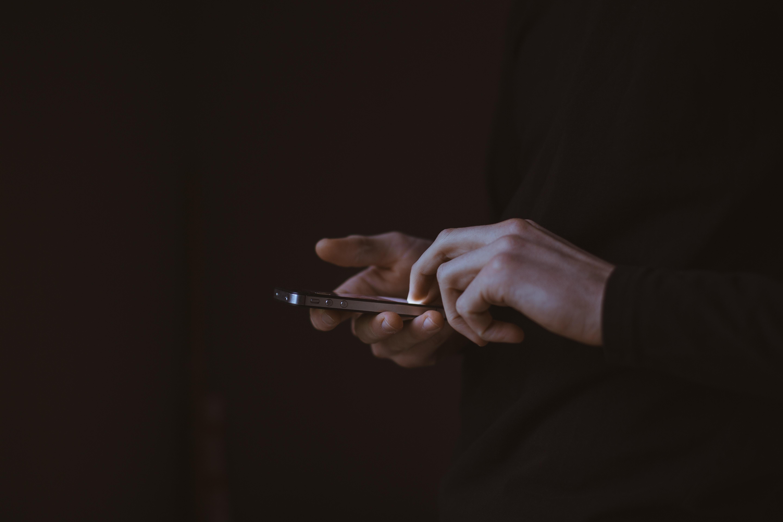 Espionar celular do cônjuge é crime em país do Oriente Médio