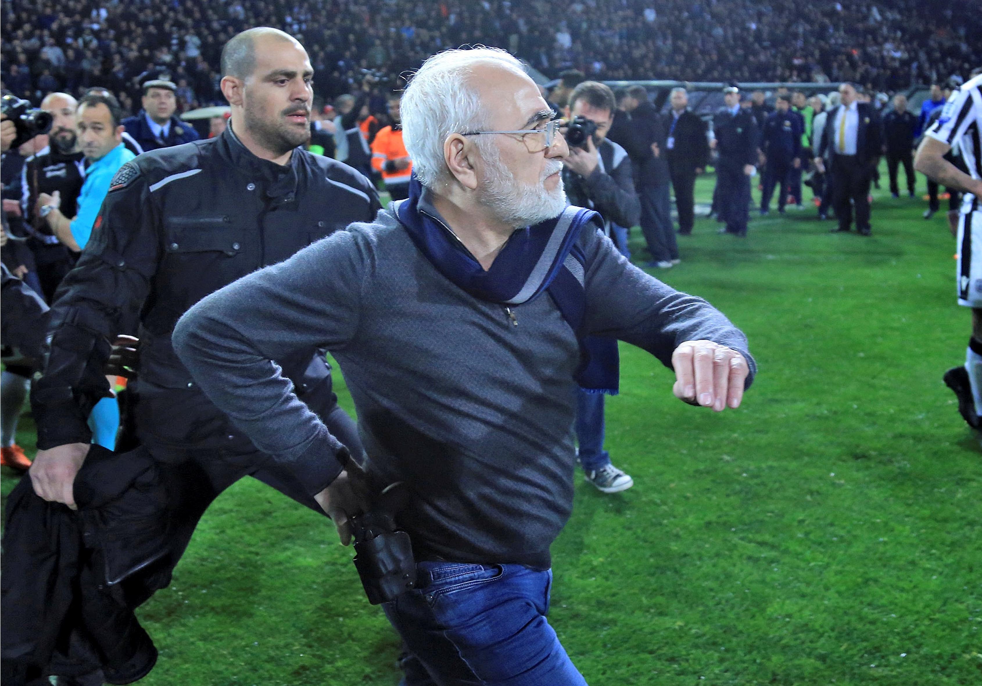 Presidente do PAOK Salónica invade campo com arma — Grécia