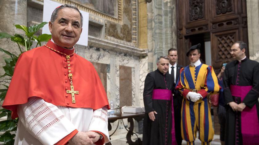Cardeal Becciu diz que Papa o confrontou com suspeitas de peculato
