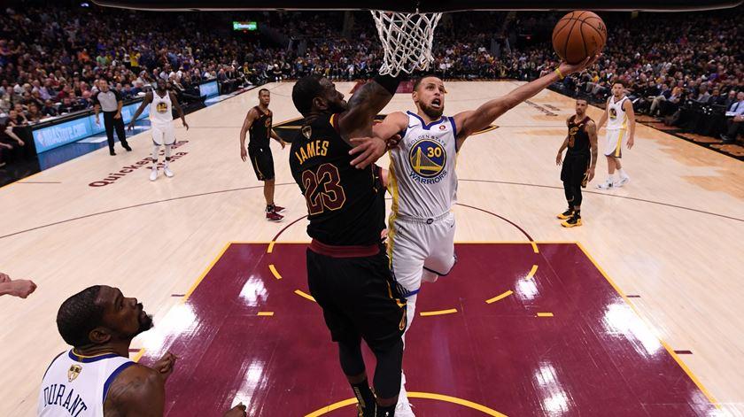LeBron James e Stephen Curry são dois dos melhores jogadores da NBA. Foto: Carlos Osorio/EPA