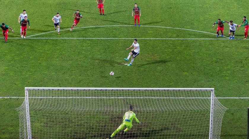 Penálti de Jonas dá vitória ao Benfica na Madeira