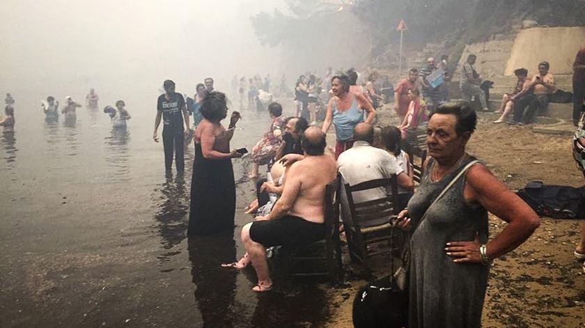 Enquanto o fogo consumia Mati, centenas fugiram para o mar