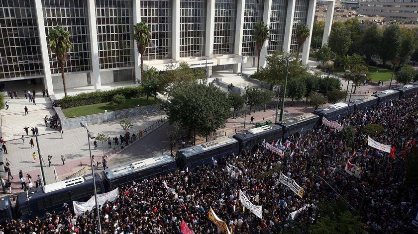 Grécia. Justiça considera partido de extrema-direita Aurora Dourada uma organização criminosa