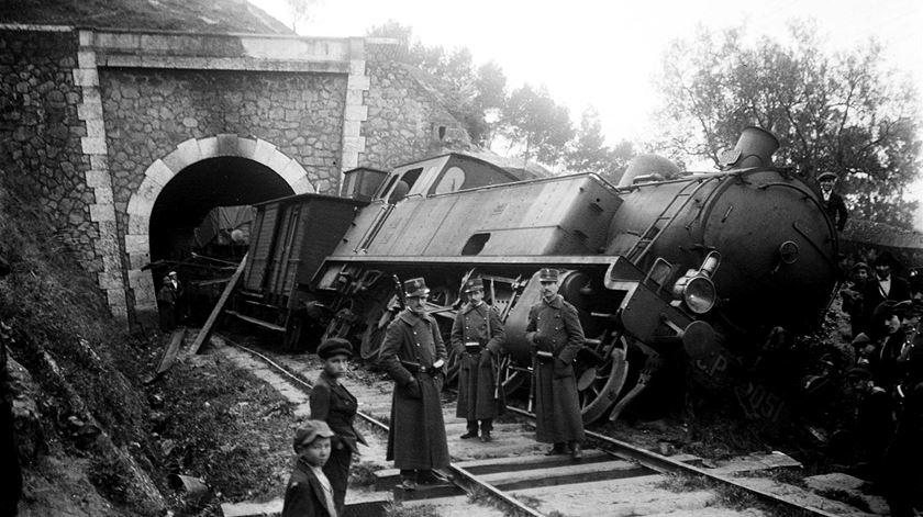 Descarrilamento durante a greve de 1919. Foto: Hemeroteca digital via restosdecoleccao.blogspot.com