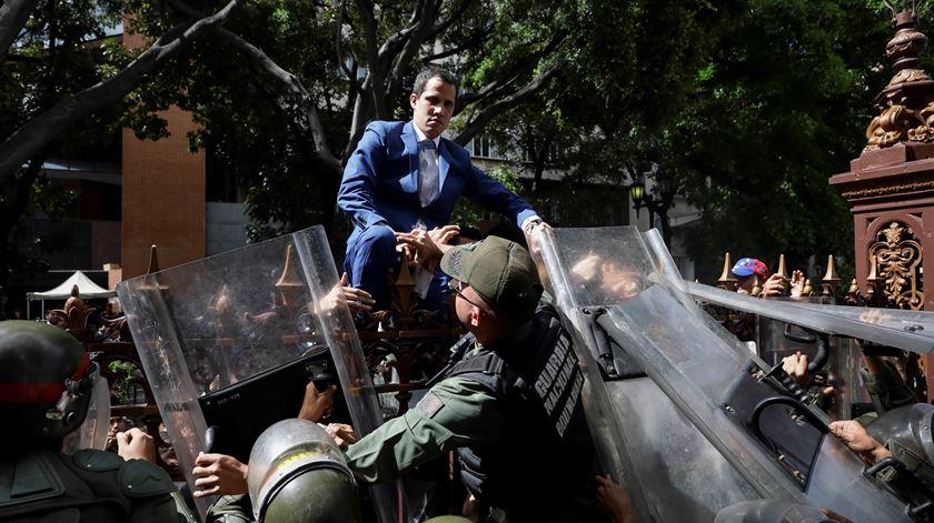 Guaidó, impedido de entrar na Assembleia Nacional da Venezuela, perde presidência