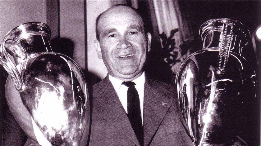 Béla Guttmann com as duas Taças dos Campeões Europeus conquistadas na Luz. Foto: SL Benfica