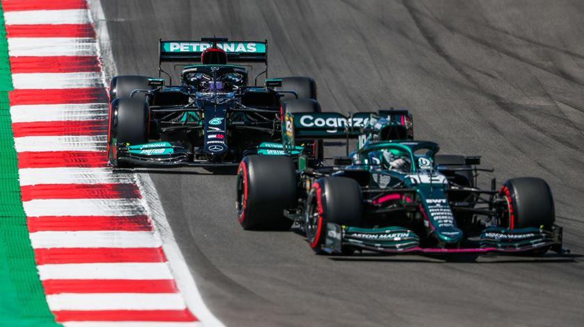 Hamilton marca o tempo mais rápido na segunda sessão em Barcelona