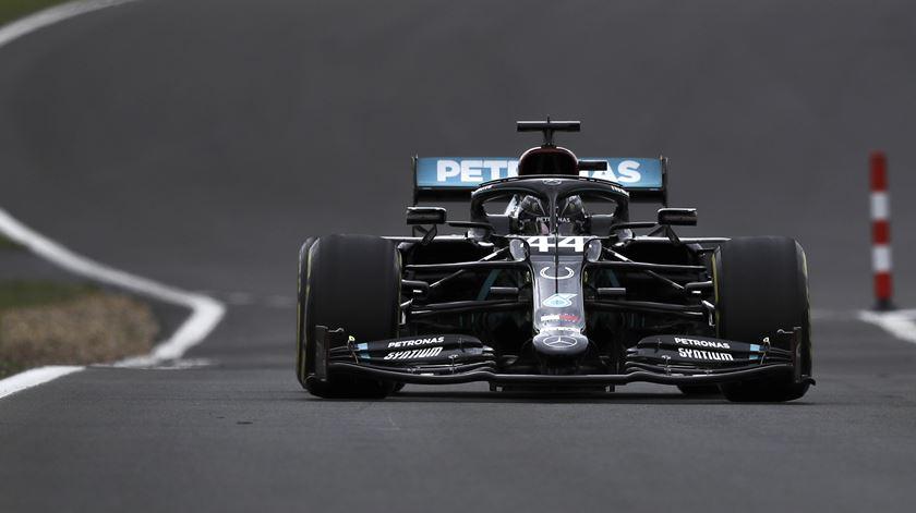 Mercedes volta a entrar mais forte em Silverstone