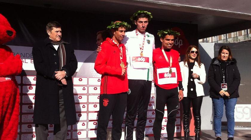 Hélio Gomes (centro) no pódio de uma prova. Foto: Sporting CP