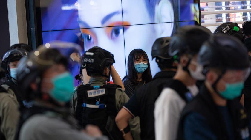 Após vetar 12 candidatos da oposição, Hong Kong evoca pandemia para adiar eleições