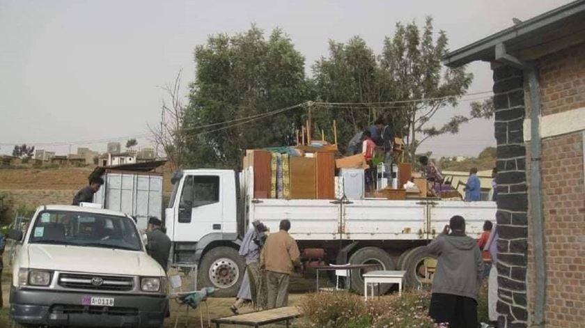 Homens despejam freiras de centros de saude na Eritreia. Foto: Facebook