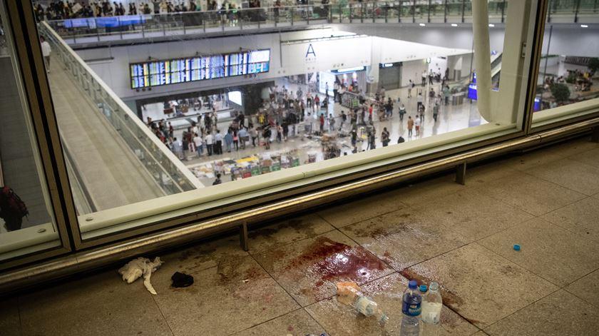 O aeroporto de Hong Kong tem sido palco de confrontos entre polícia e manifestantes pró-democracia, que querem a queda do Governo local, pró-Pequim. Foto: EPA/Laurel Chor