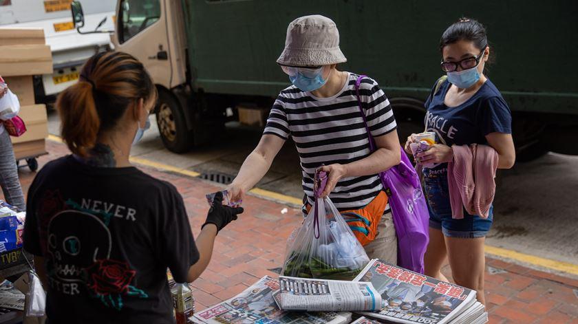 Hong Kong. População faz fila para comprar jornal de magnata detido