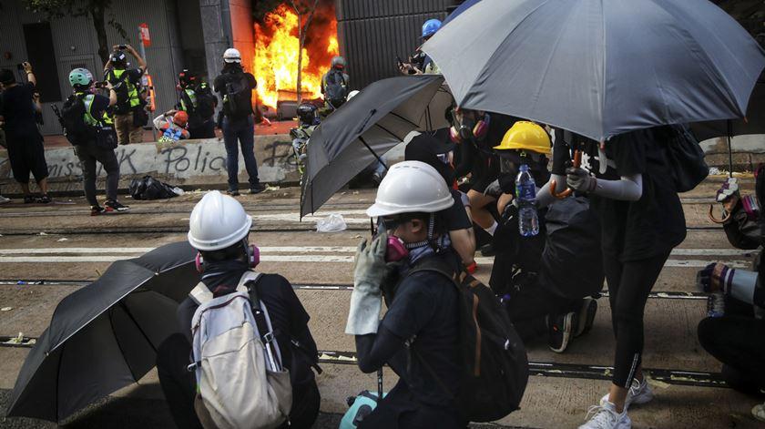 Hong Kong. Protestos fazem mais uma vítima mortal