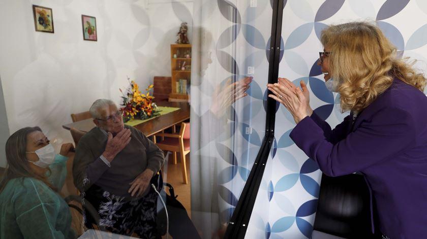 """Idosos em lar do Montijo reencontram-se com familiares numa """"box das emoções"""""""