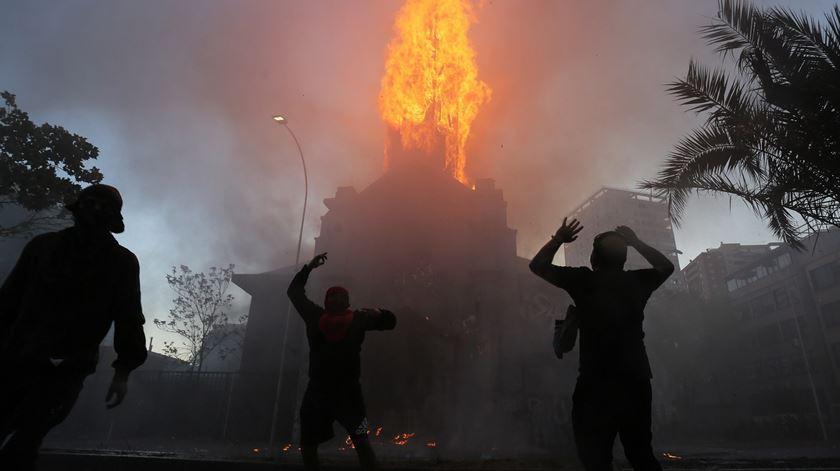 Bispos chilenos condenam ataques contra igrejas na capital do país