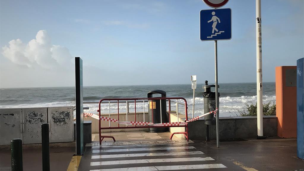 Acesso à praia, em Carcavelos, está vedado. Foto: João Cunha/RR