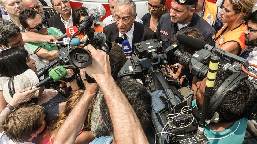 O Presidente da República fala aos jornalistas junto ao posto de comando da Proteção Civil em Avelar, Ansião. Foto: Lusa