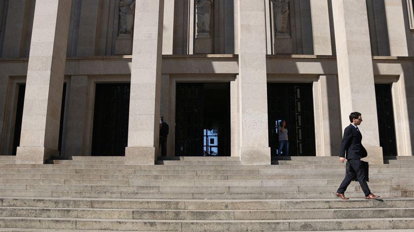 Parlamento aprovou diploma que altera teto salarial dos juízes