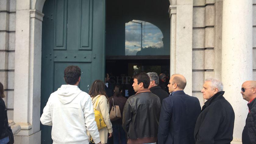 """Centenas aplaudiram a saída do Museu dos Coches ao som de """"O Homem do Leme"""""""
